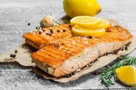 Salmón asado con aceite esencial de limón y ajo